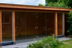Tuinhuis met glazen schuifwand